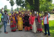 Kushinagar: Insurance company agent accused of not refunding deposit, demonstrating and demanding action