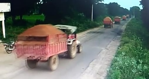 Chhatarpur: Tractor operators are bringing sand from the fields by illegal excavation of sand day and night