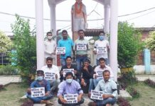 Kushinagar: Youth Congress activists protested in Padrauna by tying a black stripe on contract law in jobs