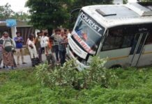 Jaunpur: Bus filled with zerines in Khetasarai broke into a drain, breaking the electric pole